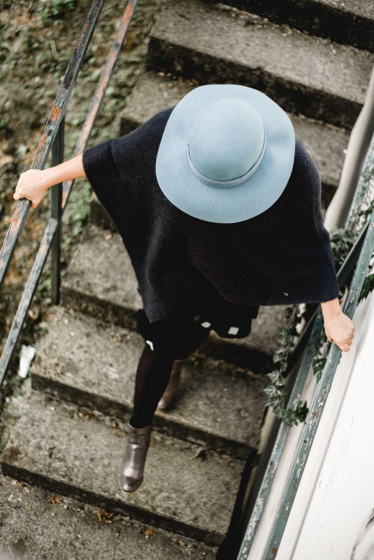 Caro und der blaue Hut